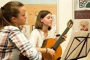 Výstava absolventů Základní umělecké školy Uherské Hradiště odstartovala vernisáží v úterý 16. května.