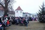 Svěcení adventních věnců se v Kudlovicích zúčastnilo na dvě stě lidí.