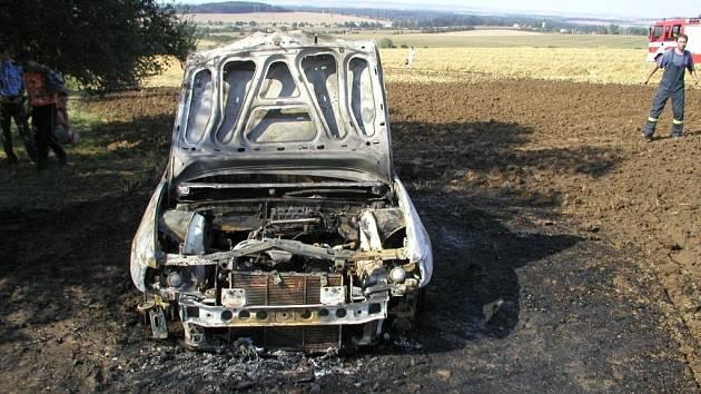 Řidič se snažil z hořícího auta zachránit útěkem, přitom se ale popálil na noze.