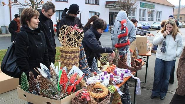 V sobotu odpoledne vstoupilo do Boršic pravé předvánoční ovzduší. Na návsi se otevřely brány boršického jarmarku, na němž své výrobky vystavovali a prodávali převážně drobní řemeslníci, žáci základní a mateřské školy z obce.
