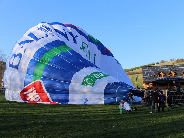 V Břestku poprvé nafoukli nový až dvacetimístný balon.