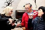 NA BUCHLOVĚ. Reprezentativní výstavu vybraných odrůd vín si vsobotu nenechaly ujít stovky vínomilců.