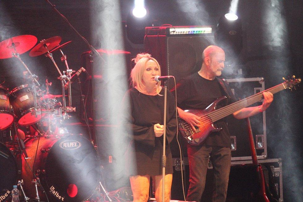 Koncert kapely Stromboli v zámeckém amfiteátru v Buchlovicích. Bára Basiková.