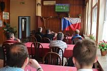 Českým fotbalistům fandili i hosté pivnice v Kunovicích.