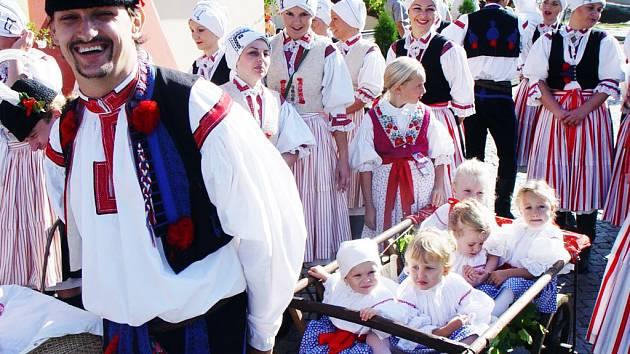 Folklorista David Pavlíček každoročně vozí své nejoblíbenější děti na trakaři.