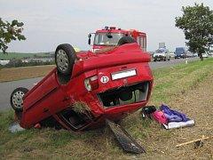 Auto, které jelo z Hluku směrem na Dolní Němčí, se dostalo mimo silnici a převrátilo na střechu.