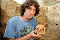 Několik částí lidských koster odkryl student archeologie Tomáš Chrástek z Uherského Hradiště.