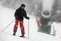 Sjezdovka ve Stupavě na Uherskohradišsku je jedním z prvních lyžařských areálu ve zlínském regionu, kde už teploty dovolují umělé zasněžování a lyžaři se tady můžou věnovat se zimním sportům.