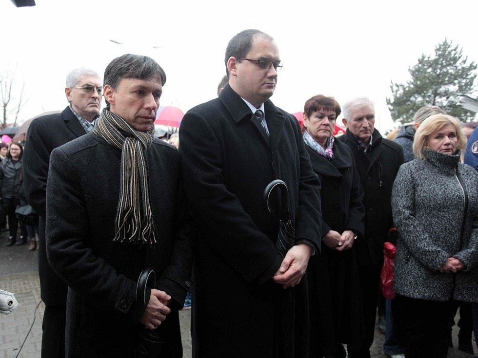 Pietním aktem u místa tragédie se občané Uherského Brodu rozloučili se zavražděnými lidmi. Zleva starosta Uh. Brodu Patrik Kunčar.