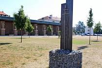 Ve velehradském poutním areálu mohou lidé obdivovat kovanou plastiku s cyrilometodějským křížem.