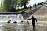 Pátrání po tříletém Ivanovi.  Prohledávání řeky Olšavy u jezu v Podolí.