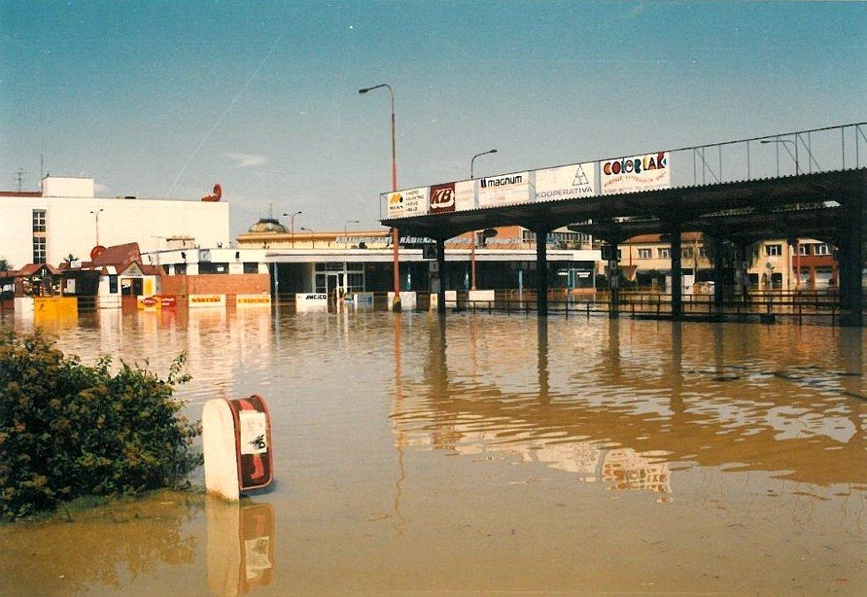 Povodeň v červenci 1997 v Uh. Hradišti: autobusové nádraží.