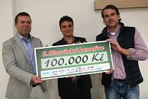 Předání šeku na 100 000 korun od 5. Slovácké benefice Uherskohradišťské nemocnici.