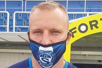 Zkušený stoper Slovácka Michal Kadlec pózuje s klubovou rouškou.