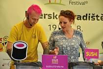 Lukáš Neckář připravuje svou specialitu - color sushi - na Garden Food Festivalu ve Smetanových sadech v Uherském Hradišti; sobota 22. srpna 2020