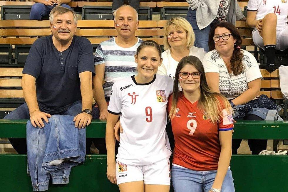 Zkušená házenkářka Kristýna Mika (v bílém dresu) za český národní tým odehrála neuvěřitelných 146 utkání.