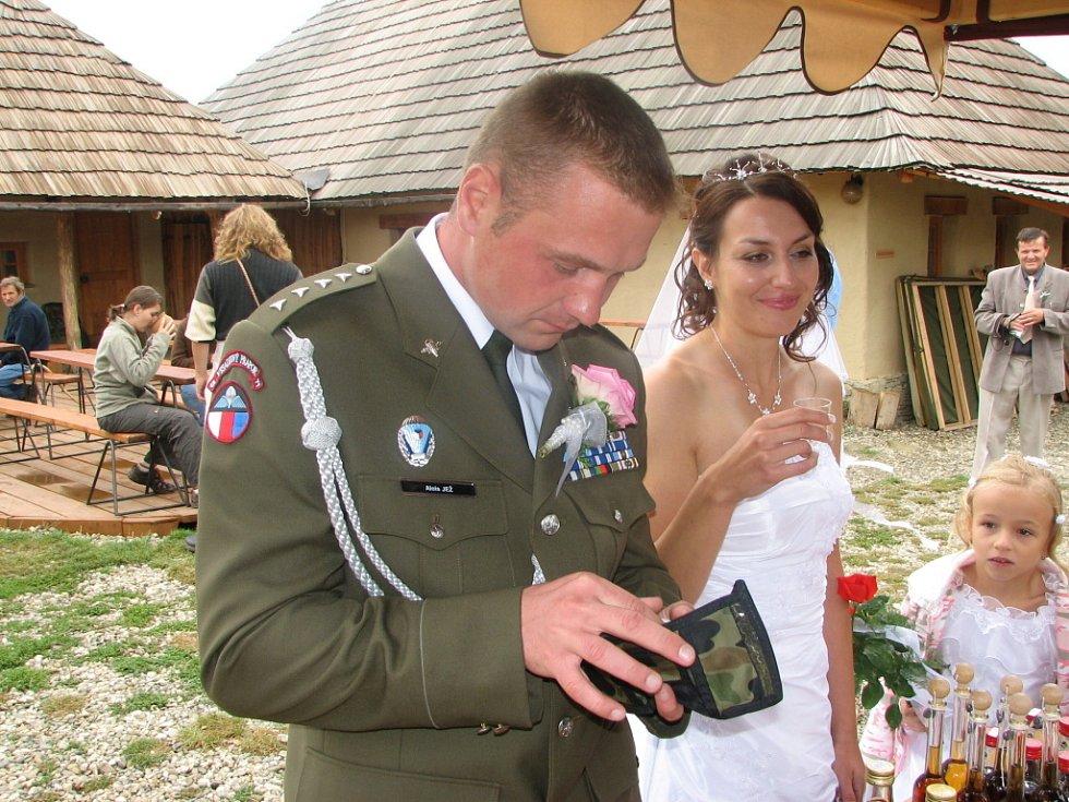 Na včelařském jarmarku se zastavili i novomanželé ze Starého Města.