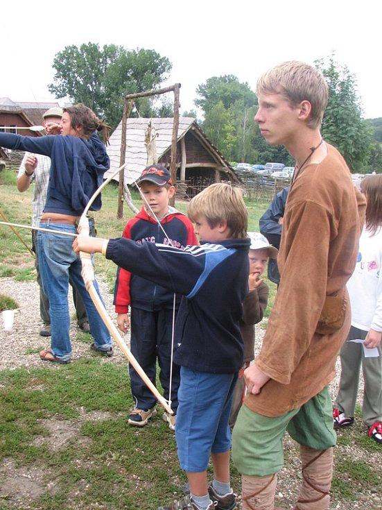 Ačkoliv byl skanzen plný medu, kluky vábila lukostřelba.