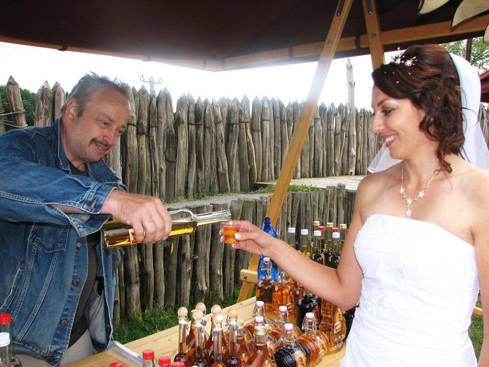 Medovinou od Josefa Kouckého z Pardubicka si připila ve skanzenu jedna ze staroměstských nevěst.
