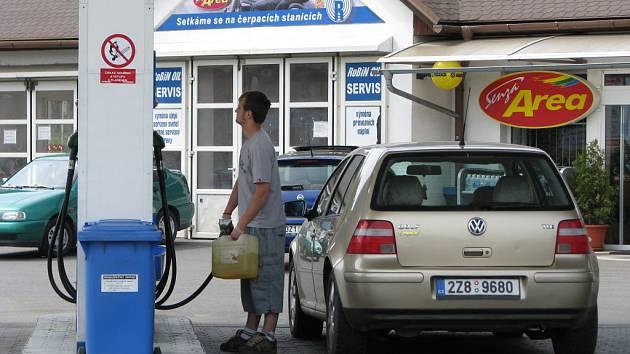 Levnější paliva řidiče těší.