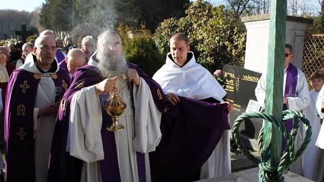 Po slavnostní bohoslužbě v bazilice se vydal průvod kněží, zpěváků gregoriánského chorálu a věřících na velehradský hřbitov, kde převor Justin Berka požehnal novému náhrobku zesnulých cisterciáků.