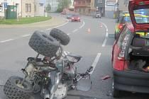 U mostu přes řeku Moravu v Uherském Hradišti došlo v sobotu k havárii osobního auta a čtyřkolky.