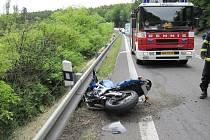 Motorkář nezvládl zatáčku v buchlovských horách.