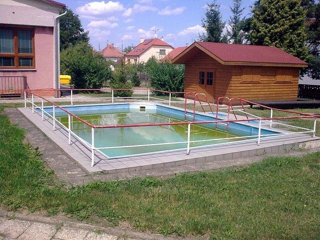 Bánovský bazén neslouží jen dětem v mateřské škole, ale i ostatní veřejnosti.