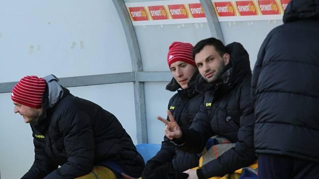 Mezi náhradníky usedají v průběhu jarní části zleva Vlastimil Daníček, Jan Lukáš i Tomáš Košút. Na svoji šanci v nejvyšší soutěži si dle kouče musejí počkat.