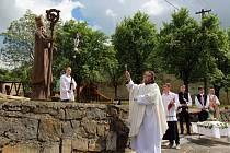 Obyvatelé Hostějova, nejmenší obce na Slovácku, ale i jeho návštěvníci, mohou obdivovat pozoruhodné řezbářské dílo Jiřího Kostihy ze Sobůlek na Hodonínsku. Je jím socha patrona vinařů svatého Urbana.