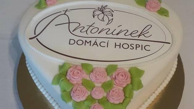 Výročí 2 let existence Domácího hospice Antonínek. Dort upekl pan Vlček z Velehradu.
