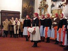 Do vánočního pořadu Folklorního studia Buchlovice zasáhly asi čtyři desítky účinkujících.