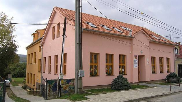Základní a mateřská škola v Bystřici pod Lopeníkem vypadá na první pohled jako nová. Výměna oken a oprava podlahy v tělocvičně je ale již nutností