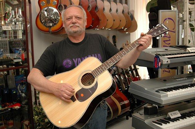 Jaromír Novák vlastní prodejnu hudebnin už téměř dvacet let.