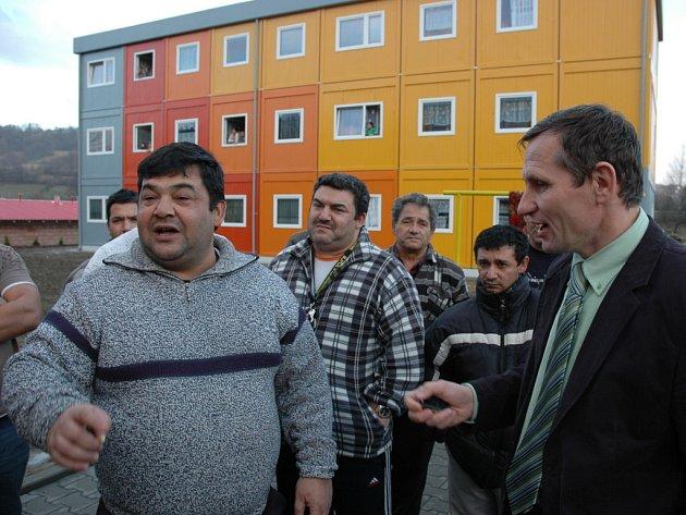 Vicepremiér a šéf KDU-ČSL Jiří Čunek v rozhovoru s romskými občany.