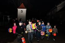 Na osmdesát dětí pochodovalo Kudlovicemi s barevnými světýlky.