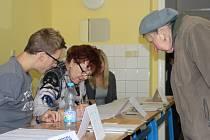 V prvním minutách zahájení voleb do krajského zastupitelstva panoval v Uherském Hradišti v prostorách Obchodní akademie volebního okrsku číslo osm a čtrnáct čilý ruch. Před volebními urnami dokonce vznikaly fronty.