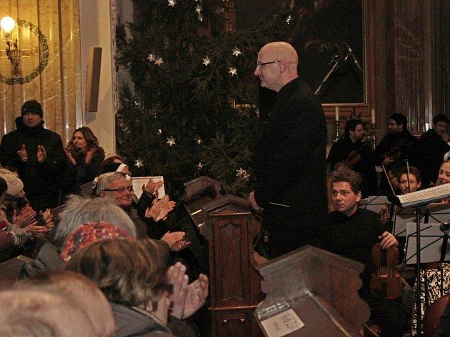 OZVĚNY VÁNOC. Velehradskou bazilikou zněly v neděli večer vánoční písně v podání CM Cifra, tří gymnaziálních pěveckých sborů a dvou komorních orchestrů z Břeclavi a Hodonína.