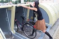 Boxy na jízdní kola před vlakovým nádražím v Uherském Hradišti slouží k bezpečnějšímu uschování kola.