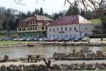 Na katastrálním území Buchlovic leží i turisticky atraktivní lokalita Smraďavka s Lázněmi Leopoldov.