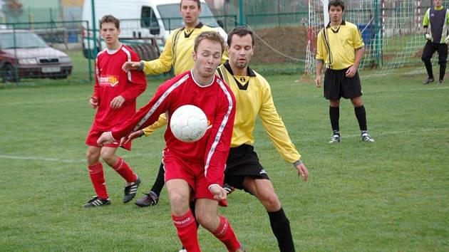 V záchranářském duelu mezi Mařaticemi (ve žlutém) a Hradčovicemi vyhráli hosté jasně 6:1.