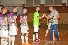 LOUČENÍ. Hráči Bazooky se před zápasem rozloučili se svým dnes už bývalým spoluhráčem Petrem Švancarou (vpravo).