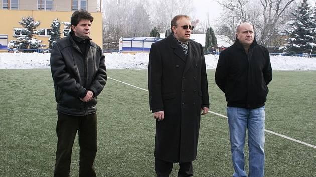 Zahájení turnaje letos obstarali výrobně technický ředitel pivovaru Janáček Jaroslav Horehleď, starosta Uh. Brodu Ladislav Kryštof a šéf brodského klubu Josef Hamšík (zleva).
