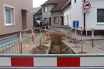 Současné stavební práce v Sadech zcela pro vozidla uzavřely ulici Spálená.