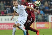 """Fotbalista Slovácka Martin Kuncl (v bílém) má obzvlášť rád duely na Spartě. """"Bývá tam vždy sváteční atmosféra,"""" říká."""