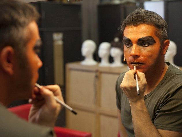 V maskérně. Herci se často líčí sami.
