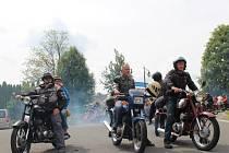 Jubilejní dvacátý motosraz Jawa klubu Strání vedoucí ze Strání do Vápenek.