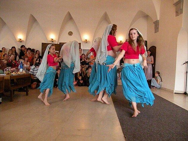 V Ostrohu tancovalo sto osmdesát dívek.