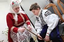 Velikonoční obchůzka Vlčnovského krále a jeho družiny ve Vlčnově.  Maminka Sabina Mikulcová a král Ondřej.