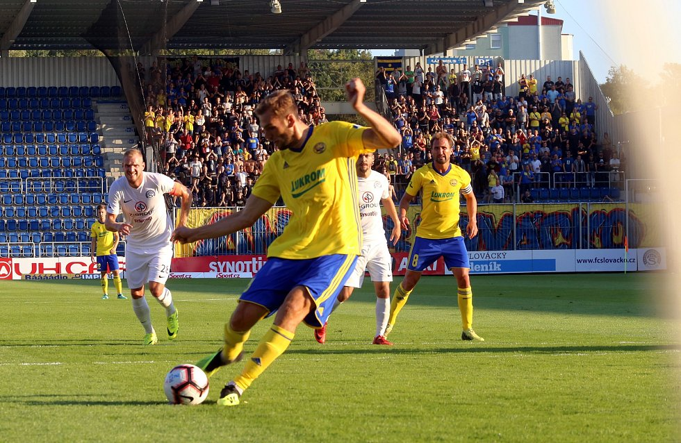 Tomáš Poznar kope penaltu
